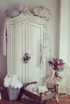 Retro home decor - Stand out arrangements. diy retro home decor shabby chic smashing tip ref 6435049008 generated on this day 20190118 Shabby Chic Interiors, Shabby Chic Bedrooms, Shabby Chic Cottage, Vintage Shabby Chic, Shabby Chic Homes, Shabby Chic Furniture, Vintage Decor, Vintage Armoire, Bedroom Vintage