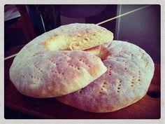 Sunnuntain ja alkaneen joulukuun kunniaksi päätin leipoa tuoretta ja mehevää perunaleipää. Mikä onkaan ihanampaa kuin haukata pala vastapaistettua leipää kahvin kanssa aamulla. Alla helppo ohje. Voit tuplata ohjeen jos tahdot leipoa suuremalle määrälle. Perunaleipä 2 kpl 4-5 keitettyä kuorittua perunaa 3 dl kevytmaitoa 1 pussi kuivahiivaa 1 tl suolaa 1 rkl siirappia 1 dl ruisjauhoja … Bread Recipes, Baking Recipes, Tasty, Yummy Food, Bread Board, Bread Baking, Baked Goods, Bakery, Food And Drink