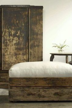 Wabi Sabi - Zen decoration in the bedroom Wabi Sabi, Deco Zen, Design Retro, Design Design, Design Trends, Graphic Design, Old Crates, Rustic Furniture, Furniture Design