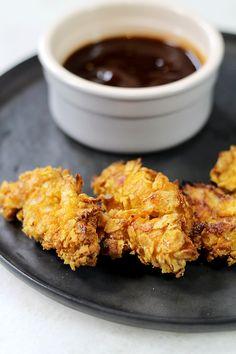In onze videoserie Genieten met Culy verrassen we je elke week met een supersnel en lekker recept. Vandaag maken we crunchy kipnuggets met barbecuesaus. Meer Culy video's zien? Abonneer je dan op ons YouTube-kanaal: Verwarm de oven voor op 180 graden. Maak 3 schaaltjes: 1 met bloem, 1 met losgeklopt ei en 1 met crushed cornflakes. Haal …