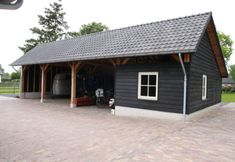 Door bouwbedrijf HaBé gebouwde T-Boerderij met gepotdekselde schuur en luxe paardenstallen Carport Garage, Barn Garage, Outdoor Sheds, Outdoor Life, Garage Addition, Garage Interior, Wood Shed, Lean To, Garage Design