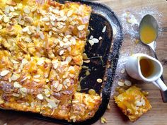 Sočen jabolčni kolač s skuto, karamelo in praženimi mandlji / Juicy apple cake with cottage cheese, caramel and roasted almonds
