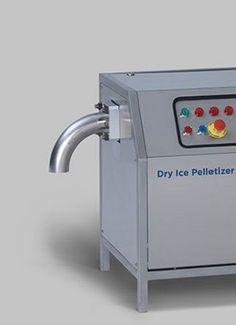 Maszyna do produkcji suchego lodu Dry Ice Pelletizer A30P wymaga płynnego dostarczania ciekłego dwutlenku węgla (ciśnienie 13 - 21 bar (188- 304 psi) oraz mocy zasilania 400 V / 50 Hz / 3 Ph + PE (inne napięcia dostępne na życzenie klienta). Suchy lód jest wytwarzany w komorze naśnieżania, tłoczony a następnie wytłaczany przez potężny agregat hydrauliczny. Twardy, gęsty granulat suchego lodu jest produkowany w czasie krótszym niż jedna minuta po uruchomieniu przycisku start.