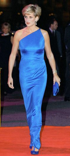 Princess Diana wearing a sapphire blue dress. BEY don't have nothin on this lady! Lady Diana Spencer, Princesa Diana, Royal Princess, Princess Of Wales, Trendy Dresses, Blue Dresses, Most Beautiful Women, Beautiful People, Simply Beautiful