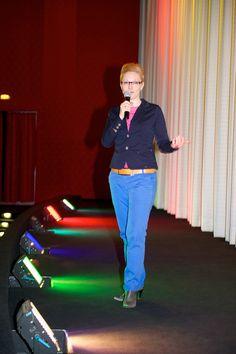 Cinemaxx Regensburg: Jeannine Tieling moderiert auf der Bühne im Kinosaal. Anlass: Ladies Night, Verlosung. (Foto: Petra Homeier Fotografie)