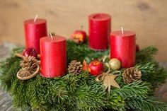 Es braucht dazu nur Draht, Schere, Strohkranzm Reisig, Kerzen, Bänder für die Maschen. Sieh dir das Video dazu jetzt an! Pillar Candles, Children, Christmas, Scissors, Wire, Candles