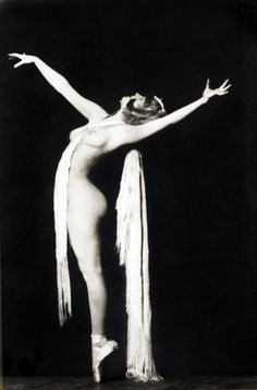 "Marion ""Kiki"" Roberts, Ziegfeld Follies dancer c. 1922-1925. Photo by Alfred Cheney Johnston"