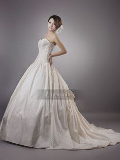 ランディブライダル ウェディングドレス 上質なタフタをアイボリーに染めて、たちまち高貴感に溢れて、プリンセス様のような姿を演出 H2lblb1508