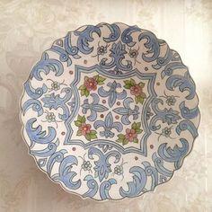 Klasik çini desenli tabak çap 23cm #çini #çiçek #handmade #dekor #dekorasyon #seramik #decoration #blue #flowers #plate #green #pink #ottoman #osmanlı Tile Patterns, Pattern Art, Hand Work Design, Homemade Home Decor, Glazes For Pottery, China Painting, Tile Art, Islamic Art, Art Studios