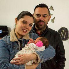 Alma y Javier con Julieta, que acaba de nacer