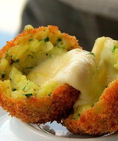 Confira a receita desse bolinho de risoto recheado com queijo e carne moída!  #masterchef #bolinho #risoto #leoyoung #arancini