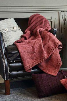 Pakkasen paukkuessa ulkona on mukava käpertyä peiton mutkaan. Peitto neulotaan lämpimästä villasta ja alpakasta. Villa, Blanket, Diy, Fashion, Moda, Bricolage, Fashion Styles, Do It Yourself, Blankets