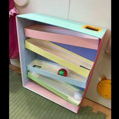 【アプリ投稿】牛乳パックで!坂道コロコロ | みんなのタネ | あそびのタネNo.1[ほいくる]保育や子育てに繋がる遊び情報サイト Baby Learning Activities, Fun Activities For Kids, Creative Activities, Infant Activities, Baby Sensory Play, Baby Play, Baby Toys, Kids Toys, Diy Montessori Toys