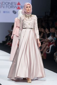 JFW 2015 # Indonesia Fashion Forward – Norma Hauri – The Actual Style Necklace! Hijab Abaya, Hijab Gown, Abaya Mode, Mode Hijab, Abaya Fashion, Modest Fashion, Pretty Dresses, Beautiful Dresses, Moslem Fashion