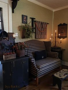 New Post primitive living room decorating ideas visit Bobayule Trending Decors Decor, Country Decor, Primitive Homes, Home Decor, Colonial Decor, Primitive Decorating Country, Primitive Dining Rooms, Country House Decor, Primitive Living Room