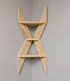 Easy Woodworking Projects - DIY Geometric Shelves - Cool DIY Wood Projects for Beginners - Easy Project Ideas and Plans for Homemade Gifts and Decor Corner Shelf Design, Diy Corner Shelf, Wood Corner Shelves, Wood Shelf, Diy Wood Projects, Wood Crafts, Beginner Woodworking Projects, Woodworking Classes, Fine Woodworking