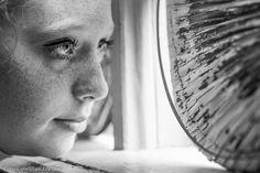Hanna tittar nyfiket ut... Porträtt fotograferat av Lillan Magnusson #fotolillan #svartvitt #porträtt