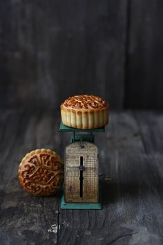 Recipe for Moon Cakes via a Spanish food blog (recipe is in English). #ChineseNewYear #chocolate