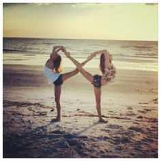 Best friends forever and always. this cool BFF photo idea. Infinity Pictures, Bff Pictures, Beach Pictures, Beach Pics, Bff Pics, Senior Pictures, Senior Pics, Maternity Pictures, Best Friend Photography