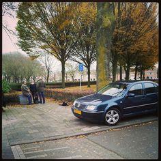Auto's blokkeren vaak de ingang doordat ze op de stoep geparkeerd staan ...