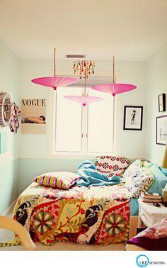 Uma sombrinha chinesa pode ser uma maneira simples de rebater a luz para cima e transformar a iluminação do quarto.