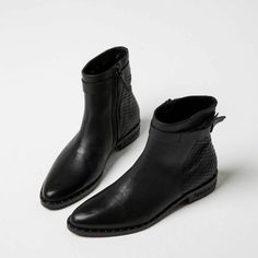 BOLT MID RISE BELTED BOOT