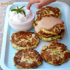 Chiftelute de dovlecei cu branza / Zucchini cheese fritters - Madeline.ro Zucchini Cheese, Zucchini Fritters, Coconut Flour, Almond Flour, Hot Garlic Sauce, Non Stick Pan, Summer Recipes, Side Dishes, Keto