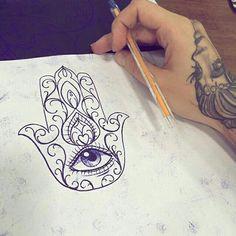 """Vem  ai! A hamsá (árabe: خمسة, chamsa – literalmente """"cinco"""", referindo-se aos cinco dedos da mão) é um talismã com a aparência da palma da mão com cinco dedos estendidos, usado por praticantes do Judaísmo e do Islão como um amuleto contra mau-olhado. Desenho feito por <a href=""""http://instagram.com/penelope_fer"""">@penelope_fer</a> penelopetattoo@outlook.com (11) 3436-7332/ 99744-4952  São Paulo, Brasil http://www.facebook.com/pauleta.fer"""