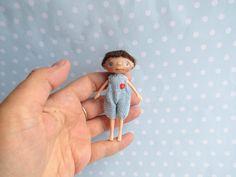 OOAK Puppe Künstlerpuppe handgemacht BLYTHE friend or BJD doll toy oder Puppenstube 1:12 miniaturen Junge Beweglich 9 cm Connie Lowe Friend