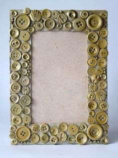 use buttons to decorate, then paint a single color Photo Frame Decoration, Picture Frame Crafts, Button Frames, Button Art, Crafts To Make, Fun Crafts, Marco Diy, Seashell Frame, Foto Frame