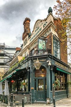 Best Pubs in London - 17 Pubs You Have to Visit in the CityYou can find London pubs and more on our website.Best Pubs in London - 17 Pubs You Have to Visit in the City Best London Pubs, Best Pubs, London Places, Best Bars London, London Restaurants, Places To Travel, Places To Visit, Travel Photographie, Wow Photo