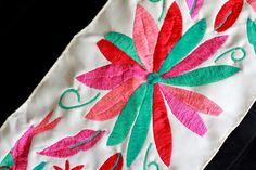 Camino de mesa , bordado a mano por mujeres artesanas en colaboración Matat/centrífuga