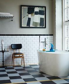 salle de bain rétro classique: sol à damier et carreaux blancs