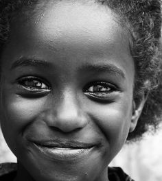 Ojos 3... World Happiness, Joy And Happiness, Black Female Model, Smiling Faces, We Are The World, Smiles And Laughs, Pictures Of People, Black And White Portraits, Cute Images