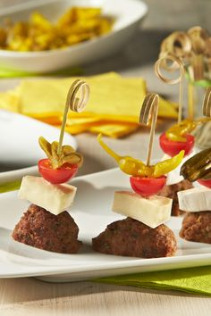 Scharfe Frikadellen-Spieße mit Peperoni - weitere Snack-Rezepte entdecken auf ich-liebe-käse.de
