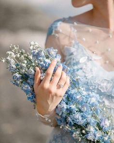 Pantone 2020 Classic Blue - Buquê com flores azuis. Wedding Decor, Blue Wedding, Princess Aesthetic, Blue Aesthetic, Love Flowers, Beautiful Flowers, Beautiful Pictures, Sparkling Stars, Delphinium