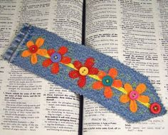 Denim Bookmark Blue Jean & Felt Flower with Vintage Buttons. Can also use scrap fabric for the flowers. Machine sew edges with blanket stitch, then trim! Jean Crafts, Denim Crafts, Sewing Crafts, Sewing Projects, Felt Bookmark, Diy Bookmarks, Book Markers, Denim Ideas, Recycled Denim