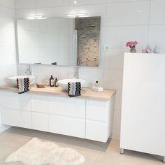 Dobbel vask, hvit i farge. Male veggen i farge. Belegg eller fliser på gulv og i dusj. Lettere å bytte veggfarge med hvit interiør.