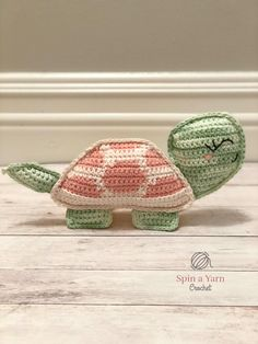Kijk wat ik gevonden heb op Freubelweb.nl: een gratis haakpatroon van Spin a Yarn Crochet om deze leuke schildpad te maken https://www.freubelweb.nl/freubel-zelf/gratis-haakpatroon-schildpad-5/