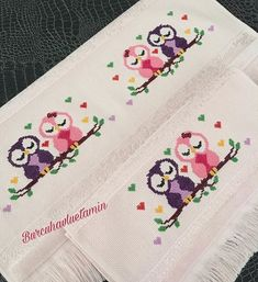 Chouette petite serviette d& 😊💕 . Cross Stitch Owl, Cross Stitch Borders, Modern Cross Stitch Patterns, Cross Stitch Designs, Embroidery On Kurtis, Hand Embroidery Patterns, Embroidery Stitches, Punto Smok, Cross Stitch Beginner