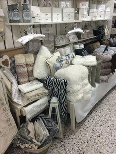 Meiltä löydät sisustustekstiilejä, taljoja, tyynyjä,keinutuolinmattoja, mattoja, pyyhkeitä ja paljon muutakin