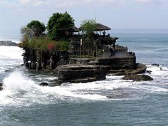 Bali, Pura Tanah Lot (Tanah Lot temple), a 15th Century temple to the Balinese Sea Gods.