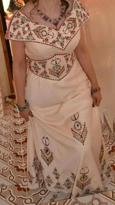 Robe berbère Myanmar Traditional Dress, Traditional Dresses, African Print Fashion, Tribal Fashion, African Wear, African Dress, Satin Dresses, Bridal Dresses, Abaya Fashion