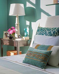 Dormitorio - AD España, © D.R. Ropa de cama de color crema y tonos verdes de Serena & Lily, y cojines customizados de Lee Jofa, mezclando texturas, invitan a tocarlos y son una señal de confort. Foto D.R.