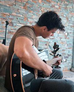 Reposting @felipeifp: Cuando te captan afinando la guitarra 😂 . Un break no le hace mal a nadie, que se note el look casero ahí jajaja . . . . . . . #photograph #photodaily #fotografia #photography #picture #music #musician #guitar #ibanez #art #wall #stones #rock #finetune #chile #musica #guitarra #chileanmoods #portrait #fit #fitspo #sing #acoustic #rest #chill #chords #love #iger