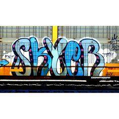 Skyer  #skyer #autoracks #autorackart #dailybench #fr8heaven #freightjunkie #freights #art #photographer #urbanart #grafflife #fr8porn #boxcars #railfan #graffiti #boxcarart #railgraff #fr8art #fr8graff #rockingsteel #graffporn #graffitiart #instagraff #instaart #graffitiphotographer by fresh2defart