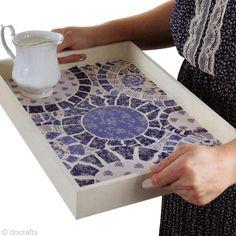 Inspirez-vous des traditionnelles porcelaines chinoises et de l'art de la mosaïque pour décorer ce plateau à thé ! La collection de scrapbooking Parisienne Blue de Papermania a été utilisée.