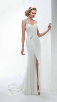 Deze sluik vallende trouwjurk van Maggie Sottero, Ezra heeft mooie details. De rok heeft een split en een mooie applicatie in de taille. De jurk heeft mouwtjes bewerkt met kralen en steentjes. Een prachtige trouwjurk met een elegante uitstraling.