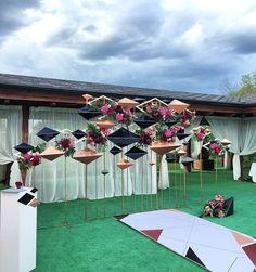 Необычная инсталляция из геометрических фигур являлась местом церемонии для…