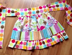 Our Crayon Apron is perfect for any little girl who loves to color! This listing is for one custom made Crayon Apron that holds 18 crayons. Each of our Crayon Aprons are machine washable and come filled with crayons.    Choose from over 200 fabrics to personalize this product just for you! ! Visit the link below to see our current fabric selection - please list your fabric choice in the notes to seller when placing your order. http://s576.photobucket.com/albums/ss210/...